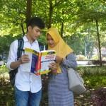 Suasana Belajar di Taman Kampus